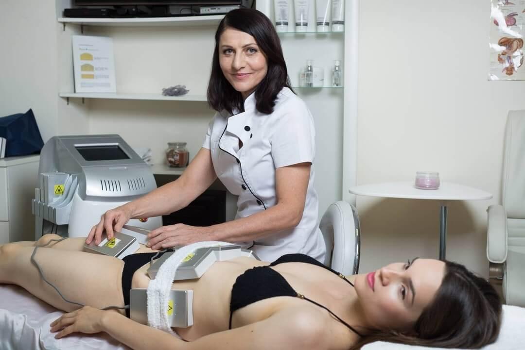 Klientka při ošetření laserovou liposukcí. Zbavte se nadbytečného tuku, Dana Clinic, Praha 9