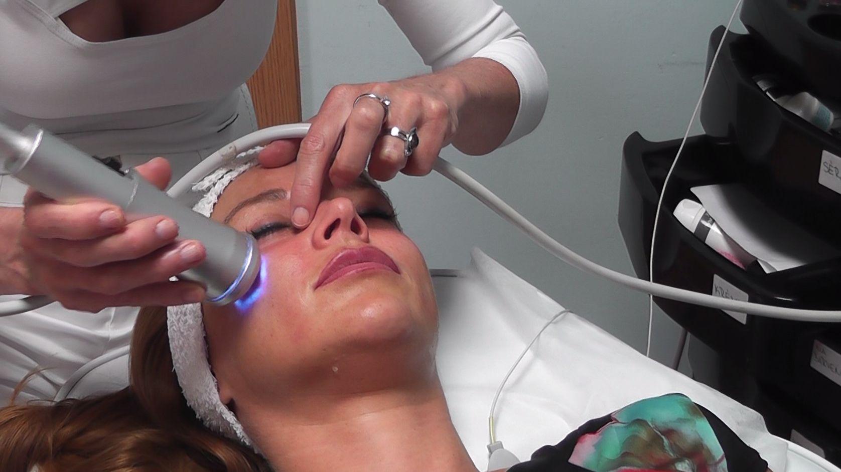 Sauerstoffbehandlung Oxyjet glattere straffere Haut, Clietin bei der Verfahren. Prag 9.