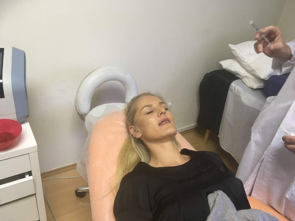Klientka s MUDr. Václav Poláček CSc. před aplikací kyseliny hyaluronové, botoxu. Dana Clinic, Praha 9